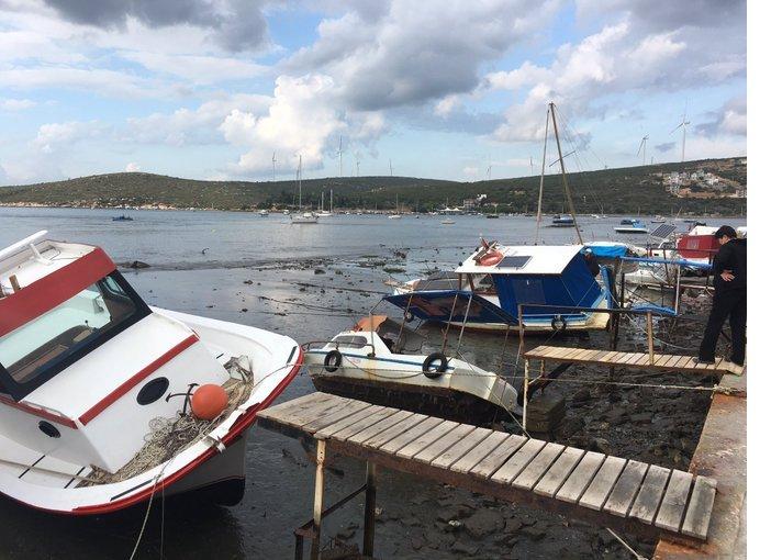 sigacikta-deniz-cekildi-tekneler-karaya-oturmus.jpg