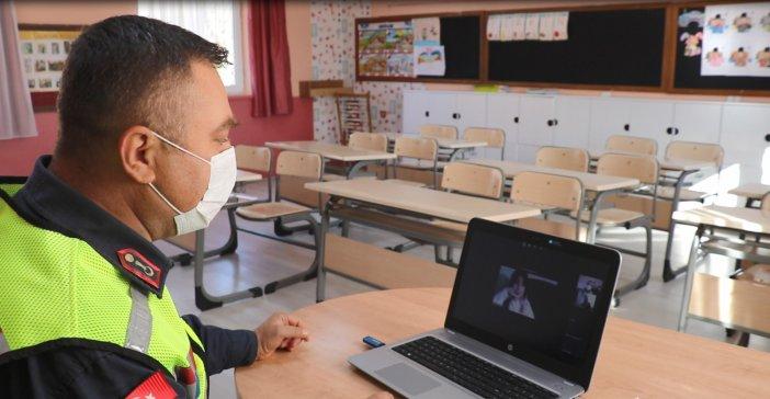 antalya-il-jandarma-komutanligi-koronavirus-pandemisi-surecinde-internet-uzerinden-hem-egitim-alan-hem-de-bos-vakitlerini-degerlendiren-ilkogretim-ogrencilerine-guvenli-internet-kullanimi-konusunda-egitim-verdi-001.jpg