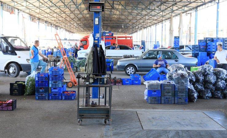 Semt Pazarlarının Açılması Öncesi Antalya Hali'nde Hareketlilik